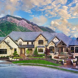 Exempel på ett mycket stort klassiskt brunt hus, med tre eller fler plan, tegel, valmat tak och tak i shingel