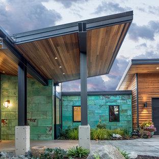 Esempio della facciata di una casa unifamiliare marrone moderna a un piano di medie dimensioni con rivestimenti misti, tetto a una falda e copertura in metallo o lamiera