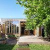 Architektur: Moderner Anbau für ein Holzhaus aus den Zwanzigern