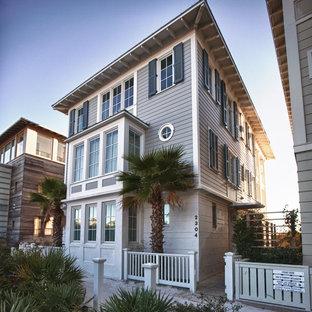 Ispirazione per la villa grigia stile marinaro a tre piani con tetto a padiglione