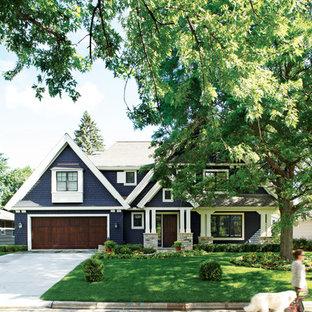 Esempio della facciata di una casa blu classica a due piani con rivestimento in legno e tetto a capanna