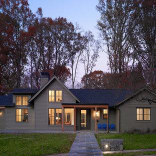 Esempio della facciata di una casa verde classica a due piani di medie dimensioni con tetto a capanna