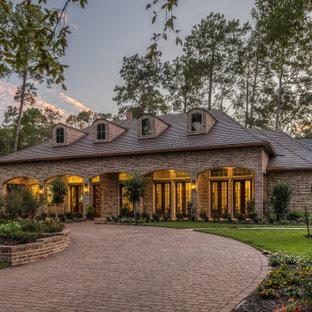 Cette image montre une façade de maison traditionnelle à un étage avec un toit à quatre pans et un toit en shingle.