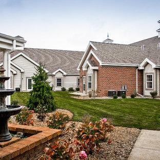 他の地域のコンテンポラリースタイルのおしゃれな家の外観 (混合材サイディング、ベージュの外壁、寄棟屋根、アパート・マンション、板屋根) の写真