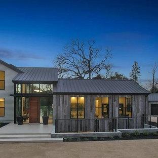 Идея дизайна: большой, одноэтажный, серый частный загородный дом в стиле модернизм с комбинированной облицовкой, вальмовой крышей и зеленой крышей