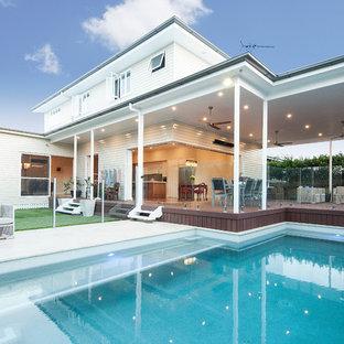 Idee per la facciata di una casa bianca classica a due piani