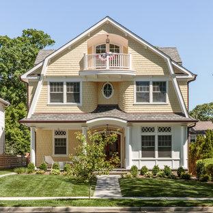 Idées déco pour une façade de maison jaune victorienne à deux étages et plus avec un toit de Gambrel et un toit en shingle.