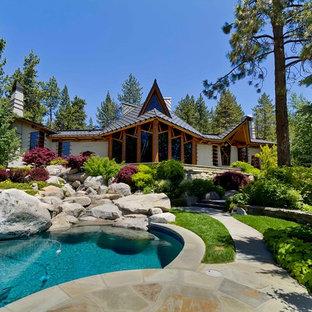 Diseño de fachada de casa multicolor, bohemia, extra grande, de una planta, con revestimiento de hormigón, tejado a dos aguas y tejado de metal