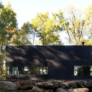 ニューヨークのモダンスタイルのおしゃれな家の外観 (黒い外壁) の写真