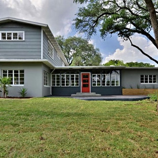 Diseño de fachada gris, vintage, de dos plantas, con revestimientos combinados