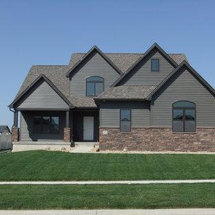 Cette image montre une grand façade de maison grise craftsman à un étage avec un toit à deux pans et un revêtement mixte.