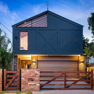 Diseño de fachada de casa multicolor, urbana, grande, de dos plantas, con revestimientos combinados y tejado a dos aguas