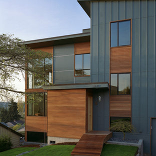 Ispirazione per la facciata di una casa contemporanea con rivestimento in legno