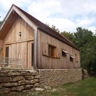 Exemple d'une façade en bois marron tendance de taille moyenne et de plain-pied avec un toit à deux pans.