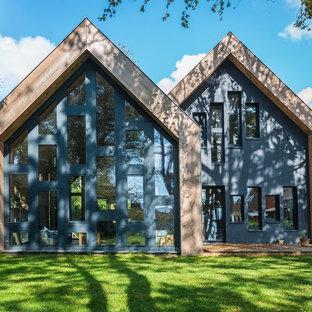Diseño de fachada ecléctica, grande, de una planta, con revestimientos combinados y tejado a dos aguas