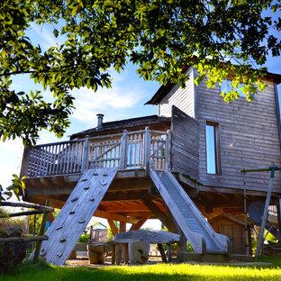 Cette photo montre une façade en bois éclectique à un étage et de taille moyenne avec un toit à quatre pans.