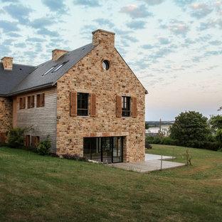 Inspiration pour une grand façade de maison marron rustique à deux étages et plus avec un revêtement mixte, un toit à deux pans et un toit en shingle.