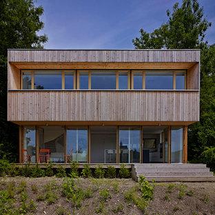 Idées déco pour une façade en bois marron moderne à un étage et de taille moyenne avec un toit plat.