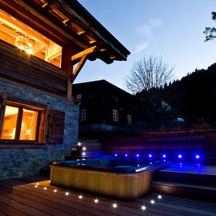 Exemple d'une façade de maison tendance de taille moyenne et à un étage avec un revêtement mixte et un toit à deux pans.
