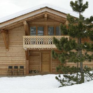 Exemple d'une façade en bois marron montagne de taille moyenne et à un étage avec un toit à deux pans.