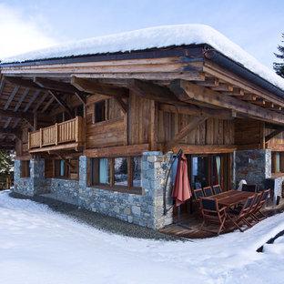 Exemple d'une façade de maison montagne à un étage et de taille moyenne avec un revêtement mixte et un toit à deux pans.
