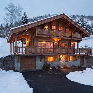 Inspiration pour une façade en bois marron chalet à deux étages et plus et de taille moyenne avec un toit à deux pans.