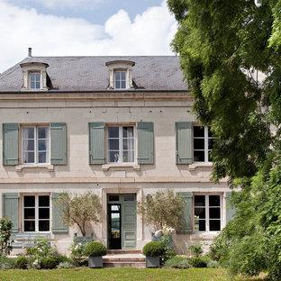 Aménagement d'une façade en pierre classique de taille moyenne avec un toit à quatre pans.