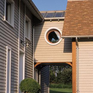 Exemple d'une façade en bois beige nature de taille moyenne et à un étage avec un toit à deux pans.