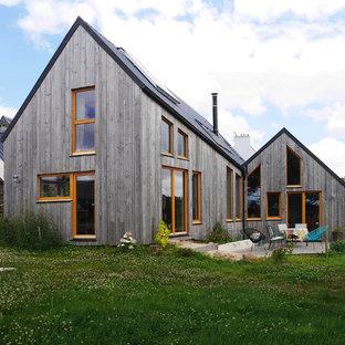 Aménagement d'une façade en bois grise contemporaine à un étage avec un toit à deux pans.