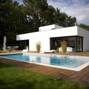 Idées déco pour une façade de maison blanche moderne de taille moyenne et de plain-pied avec un toit plat.
