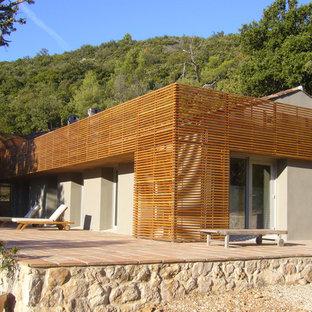 Réalisation d'une façade de maison beige design de taille moyenne et à un étage avec un revêtement mixte et un toit à deux pans.