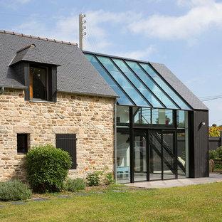 Idées déco pour une façade de maison contemporaine avec un revêtement mixte et un toit à deux pans.