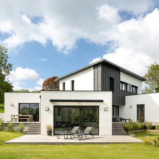 Cette image montre une façade de maison design à niveaux décalés et de taille moyenne avec un revêtement mixte et un toit plat.