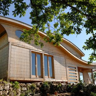 Inspiration pour une façade en bois marron design de taille moyenne et à un étage avec un toit en appentis.