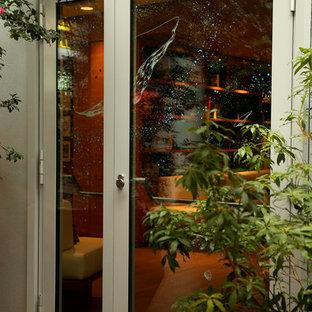パリのコンテンポラリースタイルのおしゃれな家の外観 (ガラスサイディング、アパート・マンション) の写真