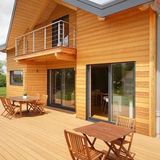 Inspiration pour une façade en bois marron rustique de taille moyenne et à un étage avec un toit à deux pans.