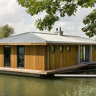 Modelo de fachada bohemia, de tamaño medio, de una planta, con revestimiento de madera y tejado a cuatro aguas