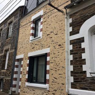 Ejemplo de fachada de casa pareada multicolor, campestre, de tamaño medio, de tres plantas, con revestimiento de piedra, tejado a doble faldón y tejado de teja de madera