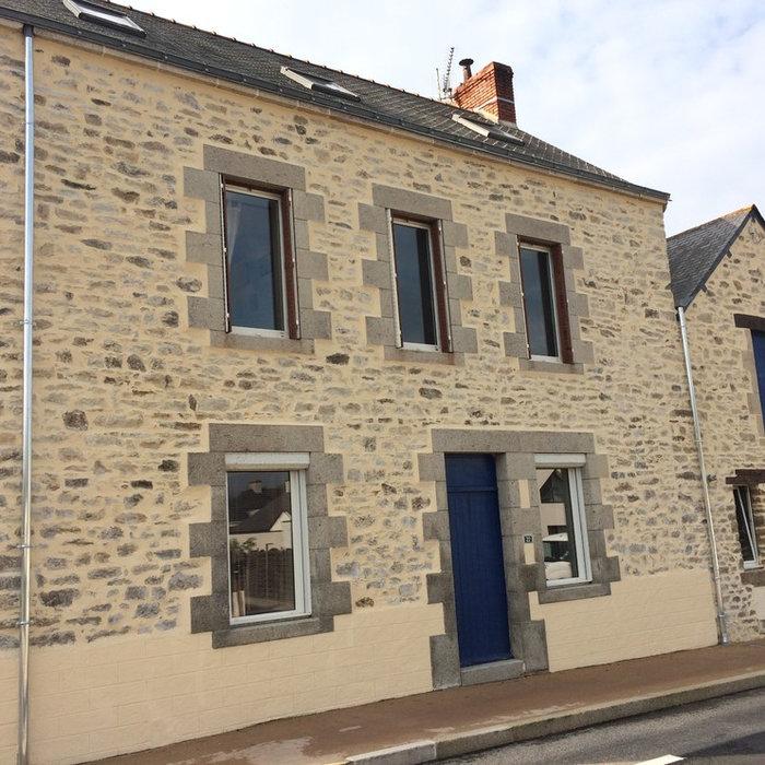 Rénovation de façade en enduit à la chaux à pierres vues avec soubassement