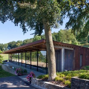 Inspiration pour une façade de maison design de plain-pied avec un revêtement mixte et un toit en appentis.