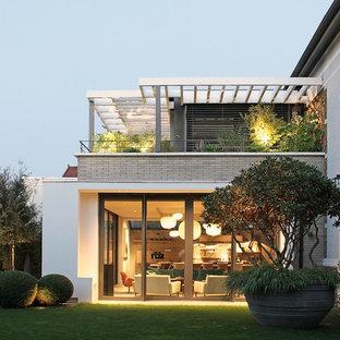 Cette image montre une façade de maison design de taille moyenne.