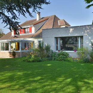 Idée de décoration pour une façade de maison marron tradition de taille moyenne et à un étage avec un revêtement mixte et un toit à deux pans.