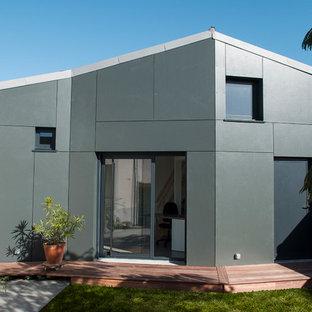 Idée de décoration pour une façade métallique grise design de taille moyenne et à un étage avec un toit à deux pans.