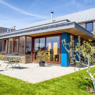 Inspiration pour une façade en bois bleue design de taille moyenne et à un étage avec un toit à deux pans.