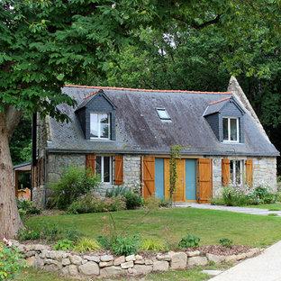 Idées déco pour une façade de maison beige campagne à un étage avec un toit à deux pans et un toit en shingle.