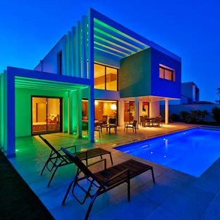 Cette photo montre une façade de maison tendance avec un toit plat.