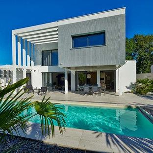 Idées déco pour une façade de maison contemporaine avec un toit plat.