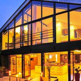 ナントのコンテンポラリースタイルのおしゃれな家の外観 (ガラスサイディング) の写真