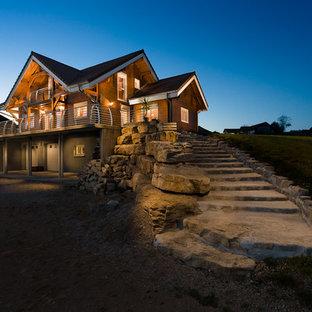 Inspiration pour une façade en bois marron chalet de taille moyenne et à deux étages et plus avec un toit à deux pans.