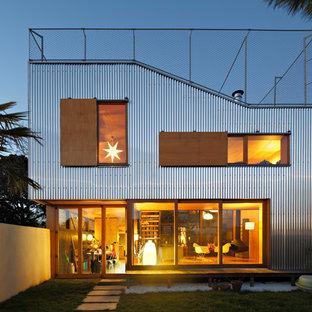 Cette image montre une façade métallique design de taille moyenne et à un étage.